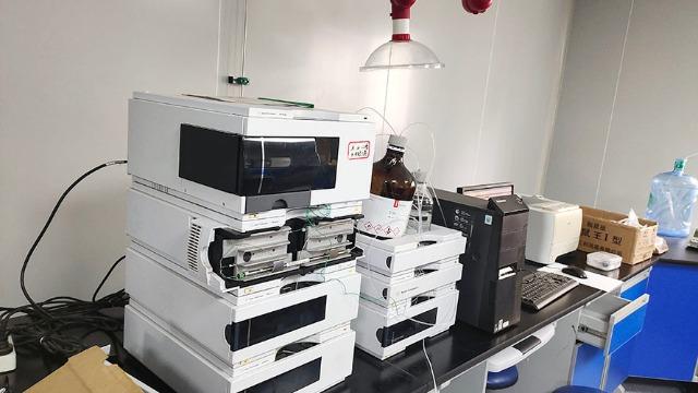 搬实验室作业中涉及易燃易爆化学药品应如何进行处理